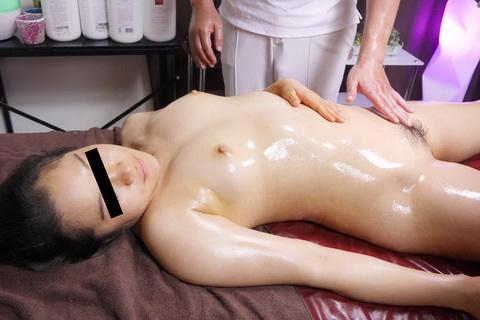 マッサージ師の濃厚超絶テクに辛抱堪らなくなっちゃうショップ店員さん 三浦裕子