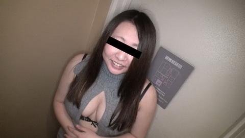胸元パックリ大胆コーデが色っぽい 石崎愛