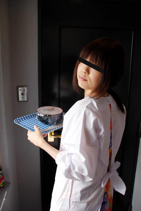 割烹着姿でレストランの宅配にきた人妻を口説いて遊んじゃいました 安田晴美